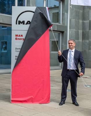 यूवे लाउबर, सीईओ मैन एनर्जी सॉल्यूशंस ने ऑग्सबर्ग मुख्यालय में नई कंपनी का नाम अनावरण किया (फोटो: मैन एनर्जी सॉल्यूशंस)