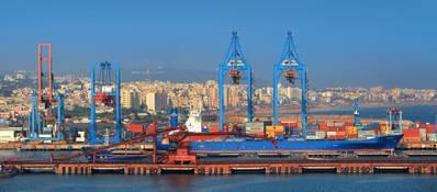 विशाखापत्तनम बंदरगाह भारत में कार्गो द्वारा संचालित दूसरा सबसे बड़ा बंदरगाह है। (छवि साभार: AdobeStock / © SNEHIT)