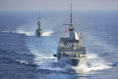 सिंगापुर गणराज्य नौसेना भयानक-श्रेणी फ्रिगेट आरएसएस सुप्रीम (एफएफजी 73) और विजय-वर्ग कार्वेट आरएसएस वैलेंटाइन (पीजीजी 91) विमान वाहक यूएसएस थिओडोर रूजवेल्ट (सीवीएन 71) के पीछे दक्षिण चीन सागर पारगमन करता है। समुद्री सुरक्षा संचालन और थिएटर सुरक्षा सहयोग प्रयासों के समर्थन में संचालन के यूएस 7 वें बेड़े क्षेत्र में नियमित रूप से निर्धारित तैनाती के लिए थियोडोर रूजवेल्ट चल रहा है। (मास कम्युनिकेशन विशेषज्ञ सीमान माइकल कोलमनबेरी / रिलीज द्वारा अमेरिकी नौसेना फोटो)