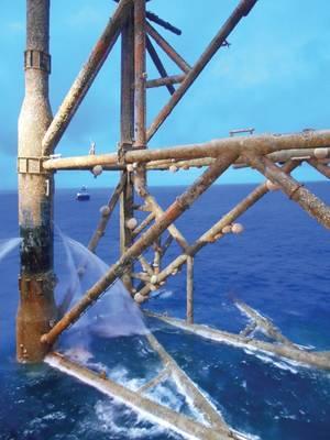 一般的なコウモリ、Molva molvaは、石油とガスのインフラによって作られたほぼサンゴ礁のような生息地の中を泳いでいます。 Insiteからの画像。