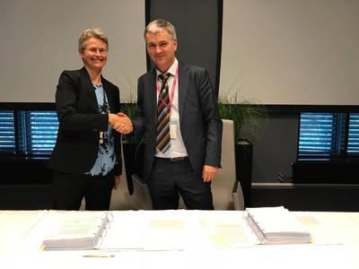 供应链Equinor副总裁Rannfrid Skjervold(左)和Transocean运营经理Karl-Erik Johannessen。照片:Kjetil Eide / Equinor