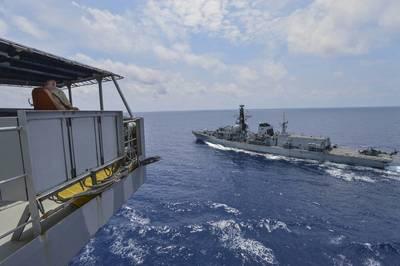 平民水手凯文·索尔斯,船上的船长,亨利J.凯撒级船队补给油船USNS瓜达卢佩(T-AO 200),在海上补给钻井期间观察皇家海军公爵级护卫舰HMS Montrose(F 236)。瓜达卢佩正在开展行动,为在美国第7舰队负责的美国海军和盟军提供后勤支援。 (美国海军大众传播专家2级Tristin Barth的照片)