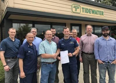 後列(lr):クリス・スプリングナー、地区13 USCG;ビル・コリンズ、Tidewater EHS&S Director; Josh Jarman、Tidewater Quality&Compliance Manager; Marc Schwartz、Tidewaterメンテナンス&エンジニアリングマネージャー。 Tidewater Vessel Operations ManagerのCraig Nelson氏、 Bruce Reed、Tidewater VP&COO;ジョシュニコルズ、Tidewaterキャプテン&アシスタントポートキャプテン。最前列(lr):オースティン・ムライ、MSTC USCG;ブライアンフレッチャー、タワーウォーターポートキャプテン; Jeff Deronde、MST1 USCG(Photo:Tidewater)
