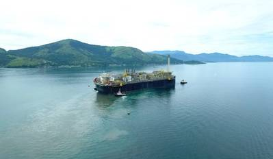 文件照片:P-66 FPSO航行到最终目的地(Courtesy Petrobras)