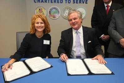 (从左至右)圣路易斯地区货运公司执行董事Mary Lamie和Plaquemines港口码头区执行董事Sandy Sanders。