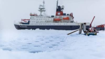 氷の駅の間にドイツの研究船Polarstern。北極の海氷から氷のコアと水のサンプルを取り出すための掘削孔の眺め。 (写真ステファン・ヘンドリックス/ AWI)