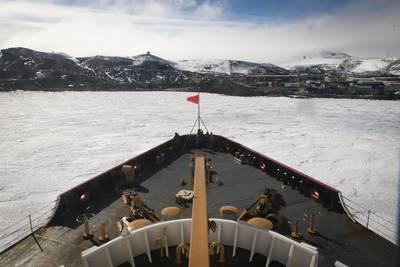 米国沿岸警備隊カッターの極星が、2020年1月16日、南極大陸のマクマード基地の氷の桟橋近くで氷を砕きます。 (米国沿岸警備隊の写真NyxoLyno Cangemi)