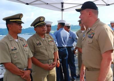 Comandante. Troy Amundson (derecha) en 2010 (Foto de la Marina de los Estados Unidos por Jessica Bidwell)