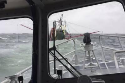 Crewmitglieder von Coast Guard Station New London an Bord eines 45-Fuß-Response Boat-Medium nähern sich einem 55-Fuß-Fischereifahrzeug in der Nähe von Fishers Island, New York, Sonntag, 10. März 2019. Die Personen wurden innerhalb einer Minute nach Verlassen des Schiffes abgeholt . (Foto von Petty Officer 3. Klasse Steven Strohmaier, mit freundlicher Genehmigung von Station New London)