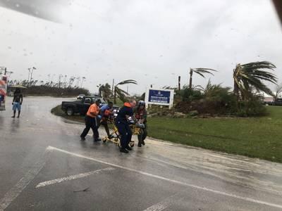 Das Personal der Küstenwache hilft bei der Rettung eines Patienten auf den Bahamas während des Hurrikans Dorian. Die Küstenwache unterstützt die Bahamian National Emergency Management Agency und die Royal Bahamian Defence Force bei der Bekämpfung von Hurrikanen. (Foto der Küstenwache)