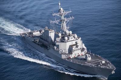 Der Lenkwaffenzerstörer USS Ralph Johnson (DDG 114) - das 30. Schiff der Arleigh Burke-Klasse, das bei Ingalls Shipbuilding gebaut wurde - pflügt den Golf von Mexiko während der Probefahrt. HII Foto