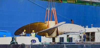"""Der Schwimmkran """"HHLA IV"""" lädt den größten Schiffspropeller der Welt auf ein Schiff. Foto: HHLA / Dietmar Hasenpusch"""