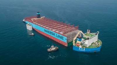 Der solide Teil des Schiffes Maersk Honam, das im vergangenen Jahr von einem schweren Feuer getroffen wurde, wird zur Hyundai Heavy Industries Shipyard in Südkorea transportiert, wo es wieder aufgebaut wird. Foto: Maersk
