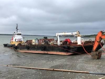 Die Küstenwache reagiert auf ein Treibstoffschiff, das sich im Schlamm niedergelassen hat und beim Abladen von Erdölprodukten auf dem Naknek-Fluss in Naknek am 18. Juni 2019 Anzeichen von strukturellen Belastungen zeigte Für den Fall, dass Kraftstoff ins Wasser gelangt, sind Profis vor Ort. US Coast Guard Foto