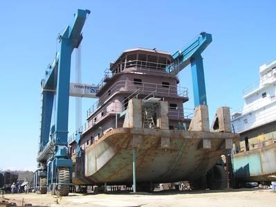 Ein Stahlschlepper, der von Horizon Shipbuilding auf dem 660 Tonnen schweren Travellift in der neu erworbenen Alabama Shipyard von Metal Shark gebaut wurde (Foto: Metal Shark)
