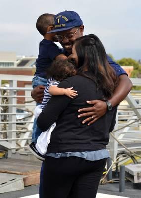 Familie und Freunde trafen sich an Bord des Bertholf-Flugdecks der Küstenwache, um sich mit den Crewmitgliedern von Bertholf nach der Rückkehr des Cutters nach Alameda, Kalifornien, nach einem 90-tägigen Einsatz am 4. September 2018 wieder zusammenzufinden. Bertholf ist einer von vier 418-Fuß-Staatsangehörigen Sicherheitsschleifer in Alameda. Foto der US-Küstenwache von Petty Familie und Freunde trafen sich an Bord der Küstenwache Cutter Bertholfs Flugdeck, um sich mit den Crewmitgliedern von Bertholf nach der Rückkehr des Cutters nach Alameda, Kalifornien, wieder zu vereinen
