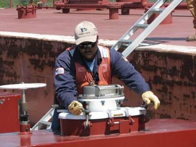 File Image:一艘柯比油轮船员参加一次货运行动(CREDIT:Kirby)