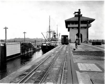Grace Lines COLÔMBIA de trânsito do Canal do Panamá. Fonte: Museu Marítimo da USMerchant Marine Academy.