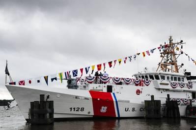 O Guardião da Guarda Costeira Nathan Bruckenthal ancorou antes de sua cerimônia de comissionamento em Alexandria, Virgínia, 25 de julho de 2018. O Bruckenthal foi o 28º cortador de resposta rápida da classe Sentinel a ser comissionado. (Foto da Guarda Costeira dos EUA por Charlotte Fritts)