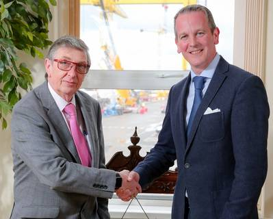 Harland und Wolffs scheidender CEO Robert J Cooper schüttelt seinem Nachfolger Jonathan Guest die Hand (Foto: Harland and Wolff)