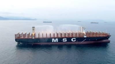 MSC Gülsün के जहाज दुनिया के पहले ऑन-डेक फायरफाइटिंग मॉनीटर का उपयोग करते हैं - पानी को ठंडा करने और आग को फैलने से रोकने के लिए निर्धारित वॉटर कैनन, जिसमें 100 मीटर से अधिक की पहुंच होती है। (फोटो: एमएससी)