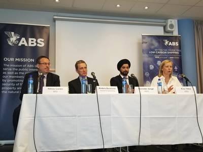 MSIのNiklas Carlen氏、Herbert EngineeringのAnders Backlund氏、ABSのGurinder Singh氏、ABSのKirsi Tikka氏(左から右)が、「低炭素海運への進路を設定する」ビジョン文書の発表中に開催されました。写真提供:Joseph DiRenzo。