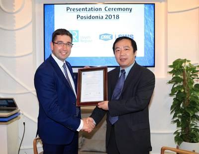 Nick Brown presenta la AiP al Dr. Chen Gang en Posidonia (Foto: Lloyd's Register)