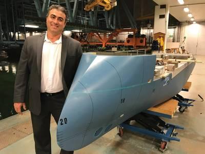 "Nikolaos Doulis,新建筑高级副总裁,Lindblad Expeditions,以及坦克测试设施的国家地理耐力模型,体现了Ulstein的标志性""XBow""。照片:Lindblad Expeditions"