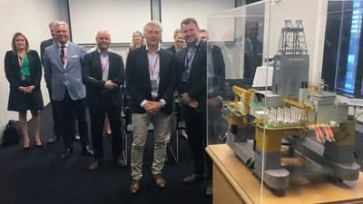 Simen Lieungh, Διευθύνων Σύμβουλος της Odfjell Drilling και Geir Tungesvik, ανώτερος αντιπρόεδρος για τη γεώτρηση & καλά, με ένα μοντέλο της γεώτρησης γεώτρησης Deepsea Atlantic. Φωτογραφία: Kjetil Eide, Equinor
