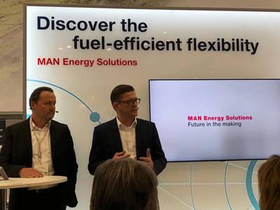 Stefan Eefting, SVP PrimeServ, MAN ES (αριστερά) και Christian P. Hoepfner, Διευθύνων Σύμβουλος της Wessels Marine, ανακοινώνοντας το σχέδιο για τη λειτουργία του Containership Wes Amelie για το Συνθετικό Φυσικό Αέριο. Φωτογραφία: Greg Trauthwein