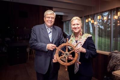 TK创始人Anatoli Kanajev将缰绳移交给HHLA执行委员会主席Angela Titzrath。照片:HHLA /ThiesRätzke