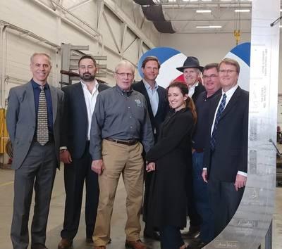 Water-Go-Roundキール敷設式のGGZMチーム。画像の左から右へ:共同創設者のJoe Burgard大尉) John Motlow、マーケティングおよび戦略担当副社長。チャーリー・ウォルター。タイラーフォスター。ローズDawydiak-Rapagnani; Thomas Escher、共同創設者)ダン・ジョンソン。写真クレジットGGZM。