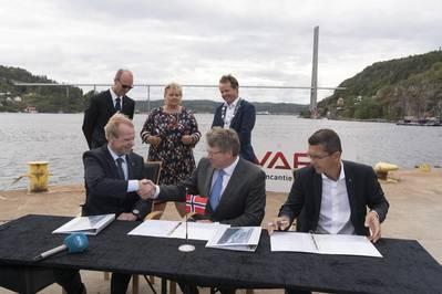 YARAはVARDと契約してYara Birkelandを建設する。 LR:YARAの社長兼CEO、Svein Tore Holsether、 VARDのCOO、Magne O. Bakke;ゲルス・ハロ(KONGSBERG)社長兼CEO(写真:KONGSBERG)