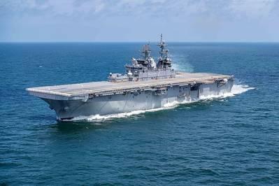 El buque de asalto anfibio de la Marina de los EE. UU. USS Trípoli (LHA-7) lleva a cabo ensayos de constructores en el Golfo de México en julio de 2019. (Fotografía de la Marina de los EE. UU. Cortesía de Huntington Ingalls Industries por Derek Fountain)