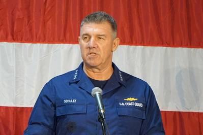 El comandante del Almirante de la Guardia Costera de los EE. UU. Karl Schultz pronuncia el discurso del Estado de la Guardia Costera en Charleston. (Foto: Eric Haun)