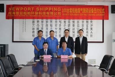 O diretor de operações da Newport Shipping, Roy Yap (sentado à esquerda) e o gerente geral da Puyier, Ryan Gao, assinam um contrato de parceria para fornecer os sistemas de limpeza de exaustão marítimos da Puyier (Foto: Newport Shipping Group)