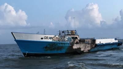 A embarcação de passageiros Grand Sun pegou fogo em Chandeleur Sound, Louisiana, 8 de outubro de 2018. (foto cedida pela Guarda Costeira dos EUA da Estação de Guarda Costeira de Veneza)