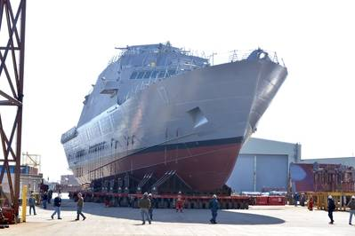El futuro buque de combate litoral USS Indianapolis (LCS 17) se traslada de una instalación de producción en interiores en Marinette, Wisc., A pistas de despegue en preparación para su lanzamiento el 14 de abril en el río Menomenee. (Foto de la Marina de los EE. UU. Cortesía de Marinette Marine por Val Ihde)