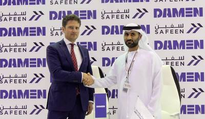 De izquierda a derecha: Pascal Slingerland (Director de ventas regional, Damen Shipyards Group), Capitán Adil Ahmed Banihammad (Director de servicios marinos, Safeen). Foto: Damen Shipyards Group
