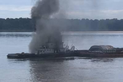 O navio Jacob Kyle Rusthoven pegou fogo no baixo rio Mississippi, perto de West Helena, Arkansas, em 12 de setembro. (Foto da Guarda Costeira dos EUA por Brandon Giles)