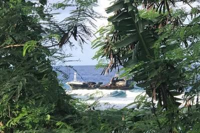 Um navio de pesca com bandeira de Taiwan de 88 pés, encalhado nas Ilhas Samoanas, depois de um incêndio a bordo ter deixado o navio à margem do Pacífico por mais de três meses (foto da Guarda Costeira dos EUA)