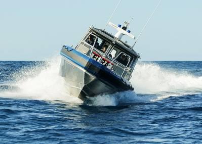 El nuevo buque patrullero de aluminio de 35 pies, construido en las instalaciones de producción de Metal Shark Jeanerette, La., Se une a la flota de barcos de patrulla de la consola central de alto rendimiento Metal Shark Fearless de 36 pies entregados a la PPR hace un año. (Foto de la PPR)