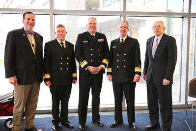 """The President's Panel"" hat gestern dazu beigetragen, das 10. jährliche Maritime Risk Symposium zu beenden. (L bis R); Eric Johansson, SUNY Maritime; RADM Michael E. Fossum, Superintendent der Texas A & M Maritime Academy; RADM Michael Alfultis, Präsident des SUNY Maritime College; RADM Francis X. McDonald, Präsident der Massachusetts Maritime Academy, und Moderator RADM Fred Rosa (USCG, aD), Johns Hopkins APL. (Foto: SUNY Maritime)"