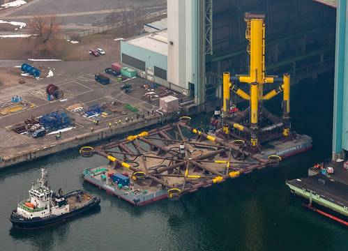The HelWin1 offshore platform is installed on a supporting substructure. This substructure alone weighs 1,000 tons. It left the shipyard in June and was anchored in the North Sea, which is 23 meters deep at this location, using ten steel piles.