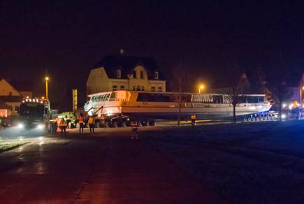 With the help of a specially constructed temporary road, consisting of metal sheets and a large amount of gravel, the 67 m long SCHEUERLE InterCombi vehicle combination arrived in Auenhain at 3 am.
