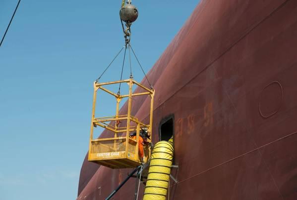 Ένα μέλος του πληρώματος με την Unified Command Sound Incident Sound Assist βοηθά με προσαρμογές στις γραμμές καυσίμου που χρησιμοποιούνται για την αφαίρεση καυσίμων από το Golden Ray στο St. Simons Sound, Brunswick, Ga. Το Hot-tapping είναι μια βιομηχανική μέθοδος για την ασφαλή άντληση καυσίμων από το σκάφος. (Αμερικανική ακτοφυλακή φωτογραφία από Paige Hause)