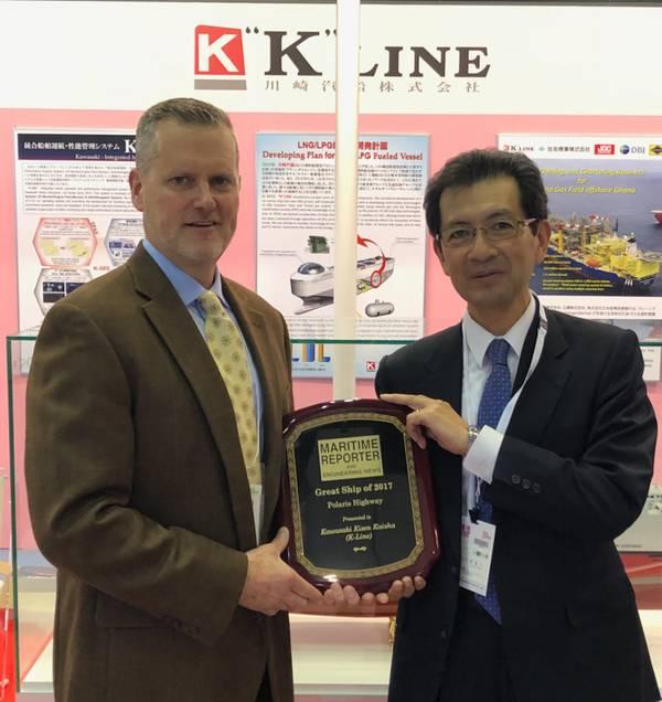 """Στην έκθεση της Θάλασσας Ιαπωνίας στο Τόκιο, ο Toyohisa Nakano (δεξιά) εκτελεστικός διευθυντής της K Line αποδέχεται το βραβείο """"Great Ship of 2017"""" από τον εκδότη ειδήσεων Maritime Reporter & Engineering News και τον Associate Publisher Greg Trauthwein. (Φωτογραφία: Rob Howard)"""