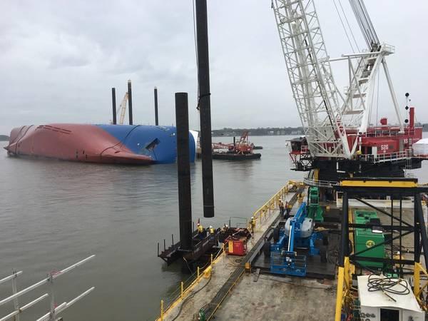 Ο εβδομαδιαίος ναυτικός γερανός προετοιμάζεται για να οδηγήσει ένα σωρό χρησιμοποιώντας ένα δονητικό σφυρί στις 26 Φεβρουαρίου 2020 κοντά στο St. Simons Island, Ga., Ως μέρος της κατασκευής του φράγματος προστασίας περιβάλλοντος (EPB) γύρω από το μηχανοκίνητο σκάφος Golden Ray. (Φωτογραφία από τον Tyler Drapeau)
