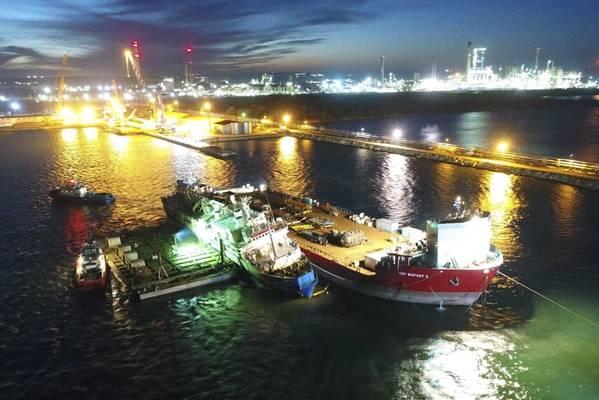 Ο μεταφορέας κτηνοτροφίας Queen Hind, ο οποίος ανατράπηκε με 14.000 πρόβατα επί του σκάφους το Νοέμβριο, βρίσκεται πλέον σε αποβάθρα μετά την ανανέωση των προσπαθειών που ολοκληρώθηκαν την Τρίτη το βράδυ. (Φωτογραφία: ΣΓΠ)