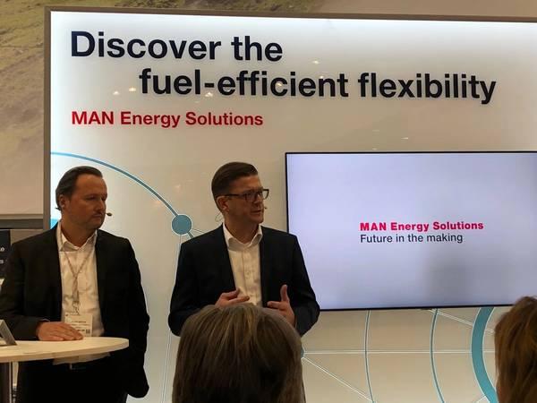 Стефан Эфтинг, SVP PrimeServ, MAN ES (слева) и Кристиан П. Хёпфнер, управляющий директор, Wessels Marine, объявляют о планах запуска контейнеровоза Wes Amelie на синтетическом природном газе. Фото: Грег Траутвайн